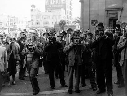 Photographers outside Darlinghurst Courthouse, Sydney, for the Petrov Royal Commission hearings. Photographer – Jack Hickson. Image courtesy of the Mitchell Library. State Library of New South Wales.